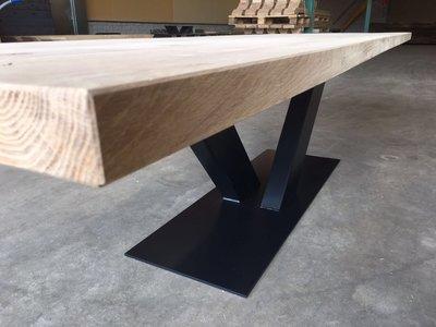 Tafel van eikenhout met industrieel onderstel