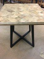 Café tafel gemaakt van oud hout met een gietijzeren onderstel